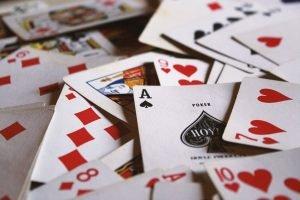 Edistä hyvinvointiasi korttipelejä pelaamalla